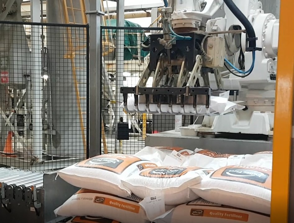 palletising robot cell in action 2